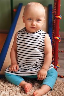 Rozwój fizyczny dziecka. sportowy kompleks siłowni dla dzieci w domu. ćwicz na symulatorze. zdrowy tryb życia