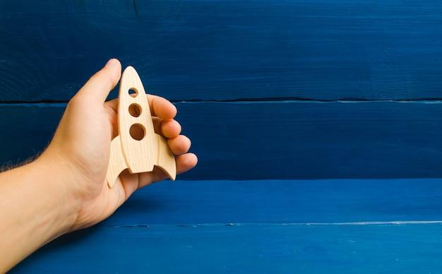 Rozwój kosmosu. niebieskie tło drewniane. trening, gra.
