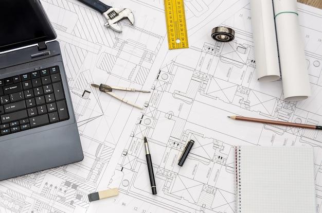 Rozwój nowego projektu, miejsce pracy inżyniera. widok z góry