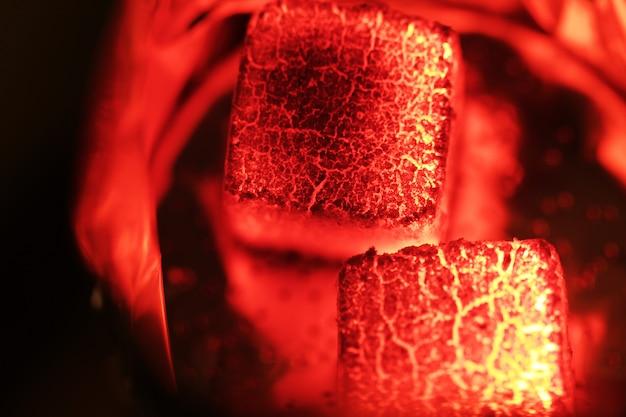 Rozżarzone węgle fajki wodnej z bliska