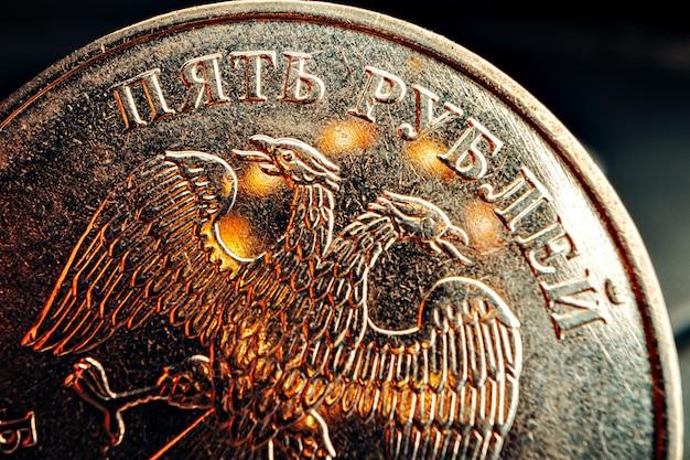 Rubel rosyjski monety na ciemny z bliska, makro