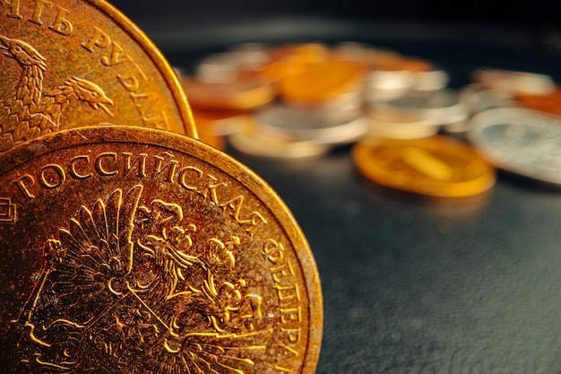 Rubel rosyjski monety na ciemnym tle bliska, makro