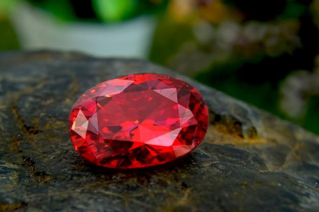 Rubinowy kamień na biżuterię