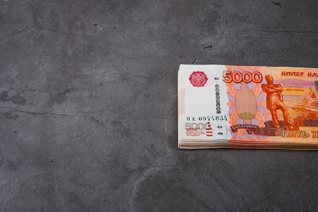 Ruble rosyjskie duży pakiet na szarym tle. pakiet banknotów o nominale pięciu tysięcy rubli.