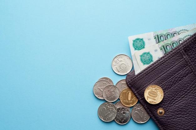 Rubli rosyjskich banknoty i monety na białym tle