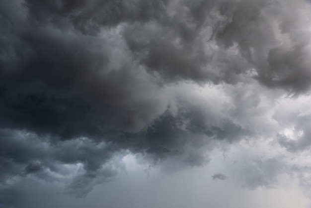 Ruch ciemnego nieba i czarnych chmur, dramatyczna chmura cumulonimbus z deszczową