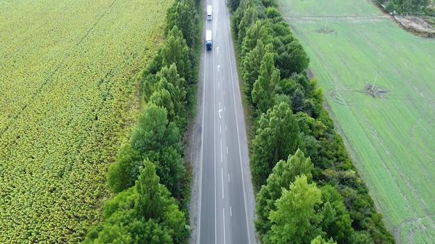 Ruch ciężarówek na autostradzie. widok z lotu ptaka pojazdów poruszających się po drodze.
