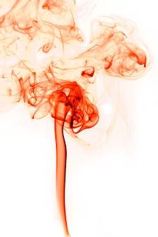 Ruch czerwony dym na białym tle.