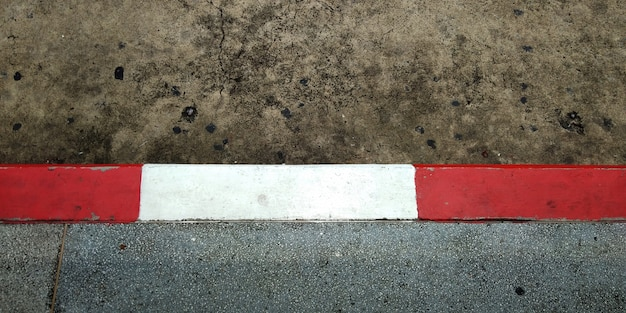 Ruch drogowy podłogi, czerwona i biała linia, nie parku, znak drogowy