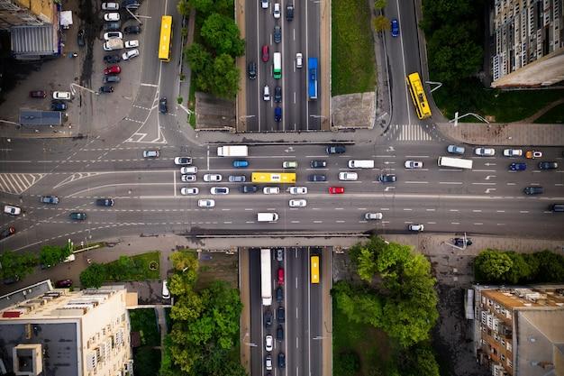Ruch drogowy z korkiem na wiadukcie autostrady, widok z góry.
