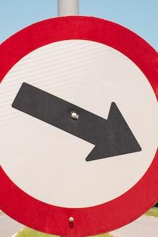 Ruch drogowy znak drogowy ze strzałką na zewnątrz