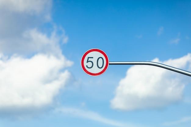 Ruch drogowy znak ograniczenia prędkości na tle nieba