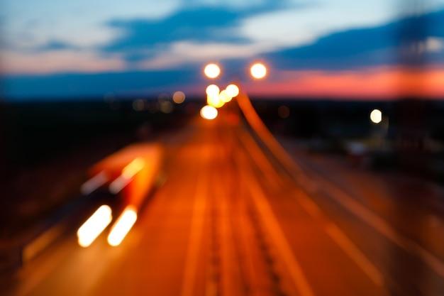 Ruch na autostradzie o zmierzchu. nieostry strzał