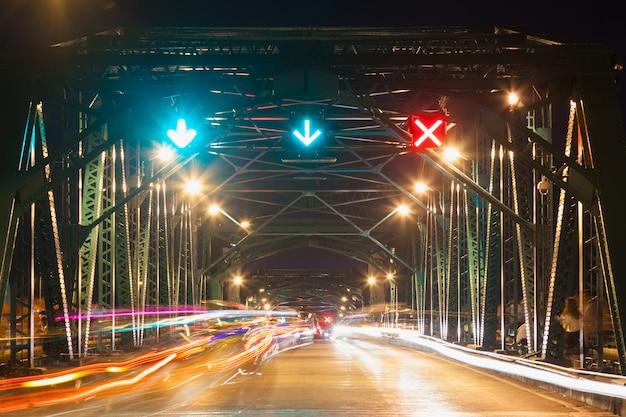 Ruch na moście w nocy.