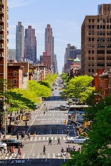 Ruch na południe od nowojorskiej taksówki w nowym jorku piękny budynek i architektura miasta