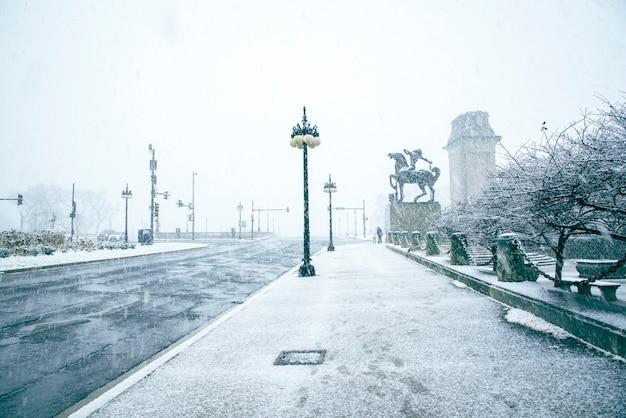 Ruch na skrzyżowaniu z prysznicem śnieg mglisty dzień i sygnalizacji świetlnej w chicago, usa