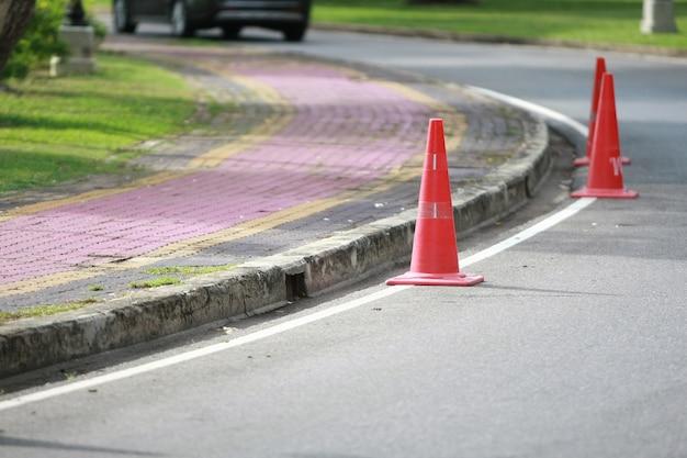 Ruch na stożku drogowym, ostrzeżenie uliczne