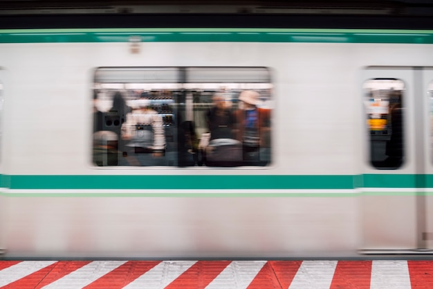 Ruch niebieski ruchu pociągu na stacji