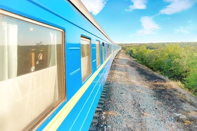 Ruch nowoczesny pociąg kolejowy i wagony. transport miejski