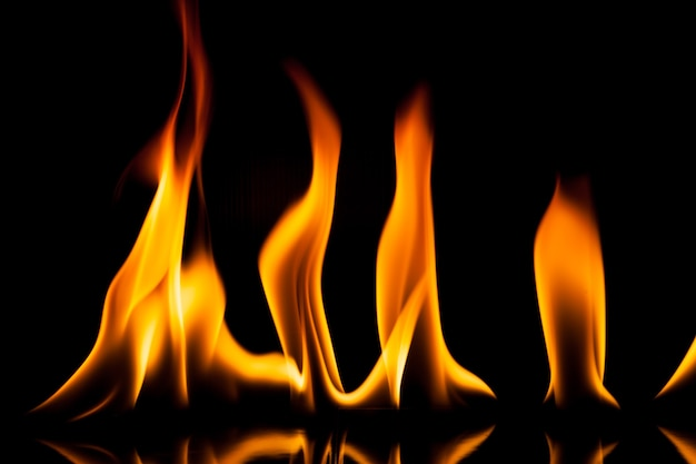 Ruch ognia płomień na czarnym tle.