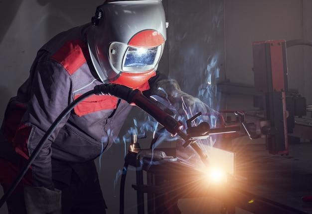 Ruch robotów spawalniczych w fabryce samochodów