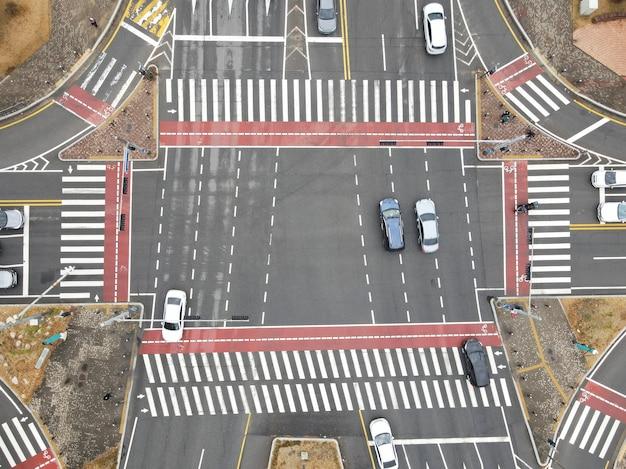 Ruch samochodów na skrzyżowaniach w mieście, widok z lotu ptaka.