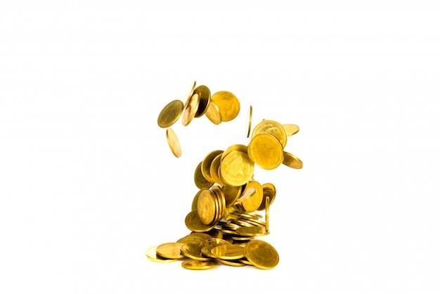 Ruch spadająca złota moneta na białym tle