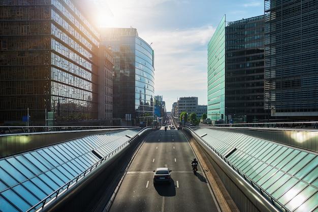 Ruch uliczny w brukseli w pobliżu komisji europejskiej w oparciu o zachód słońca. rue de la loi, bruxelles, belgia