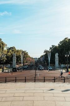 Ruch uliczny w londynie z pałacem buckingham