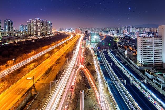 Ruch w dzielnicy singil, panoramę seulu w korei w nocy.