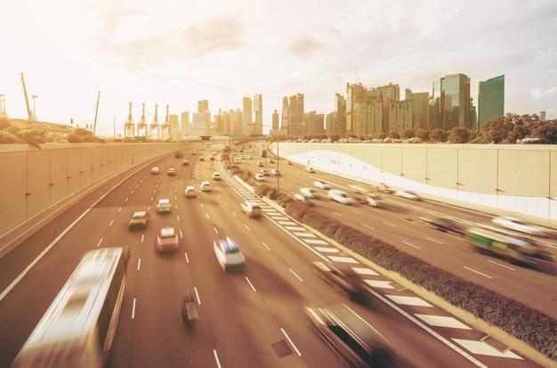 Ruchliwa droga i miasto w godzinach szczytu