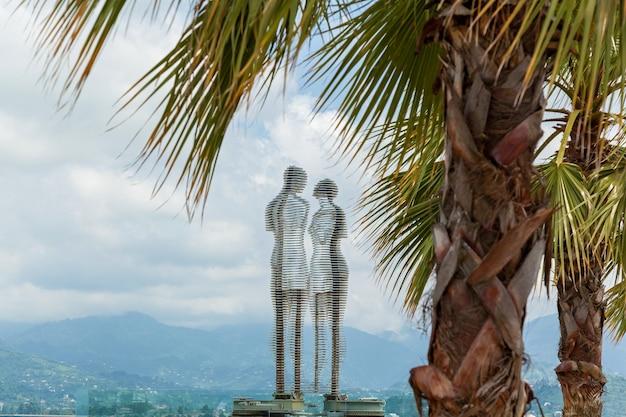 Ruchoma metalowa rzeźba stworzona przez gruzińską rzeźbiarkę tamarę kvesitadze zatytułowana mężczyzna i kobieta