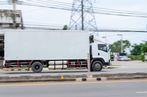 Ruchomy obraz, mała biała ciężarówka do logistyki na drodze.