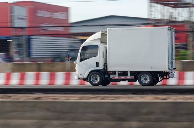 Ruchomy obraz małej białej ciężarówki do transportu drogowego