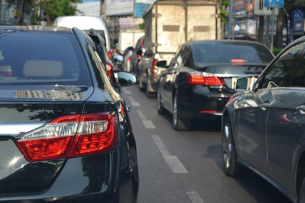 Ruchu drogowego dżem z rzędem samochody podczas godziny szczytu w miasto ulicy drodze