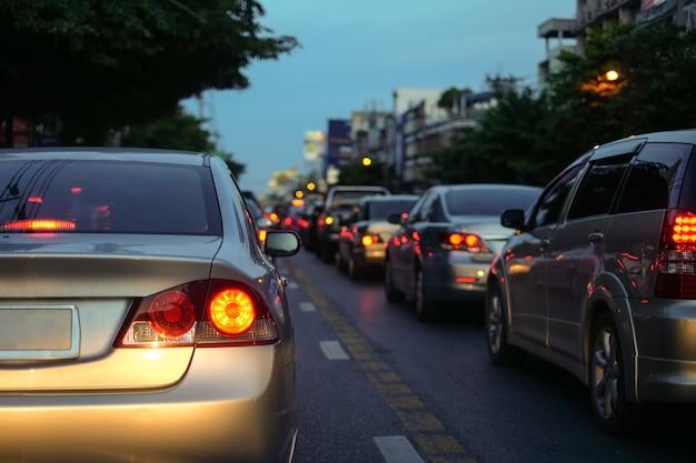 Ruchu drogowego dżemy w mieście z rzędem samochody na drodze przy nocą