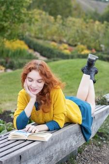 Ruda dziewczyna czyta książkę
