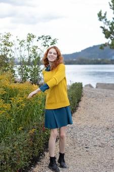 Ruda dziewczyna spacerująca po parku jesienią