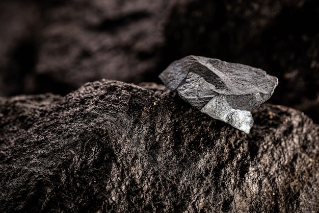 Ruda hematytu, kamień magnetyczny o mistycznych lub ezoterycznych właściwościach.