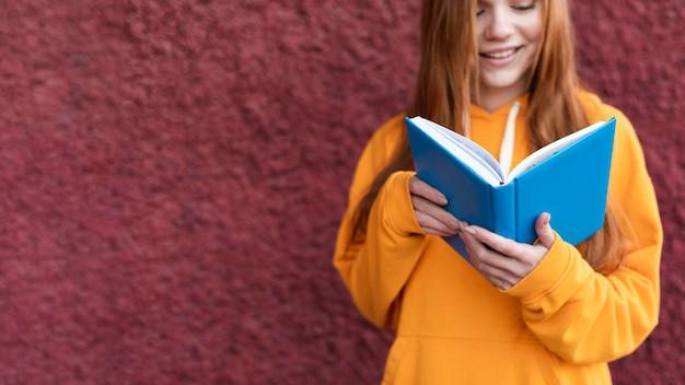 Ruda kobieta czyta z książki