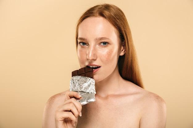 Ruda kobieta jedzenie czekolady.