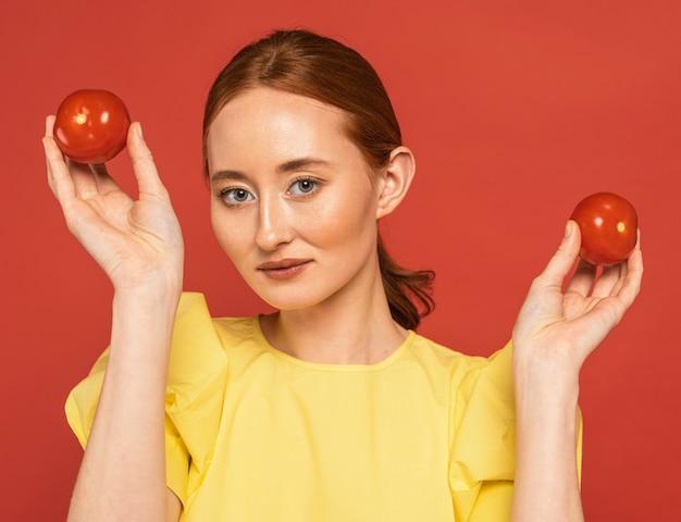 Ruda kobieta trzyma pomidory