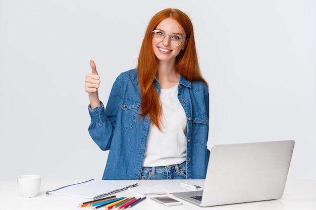 Ruda kobieta w okularach pokazując kciuk do góry