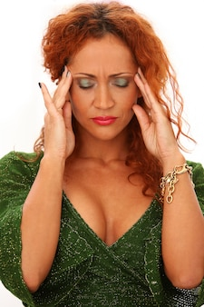 Ruda kobieta z bólem głowy