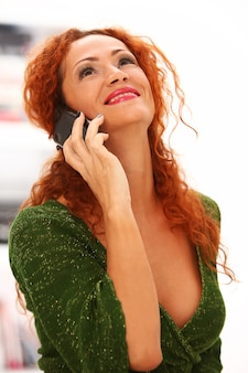 Ruda kobieta z telefonem komórkowym