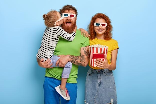 Ruda rodzina bawi się w kinie