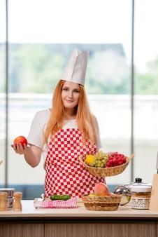 Rude kucharz pracuje w kuchni