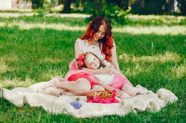 Rude matki i córki w parku