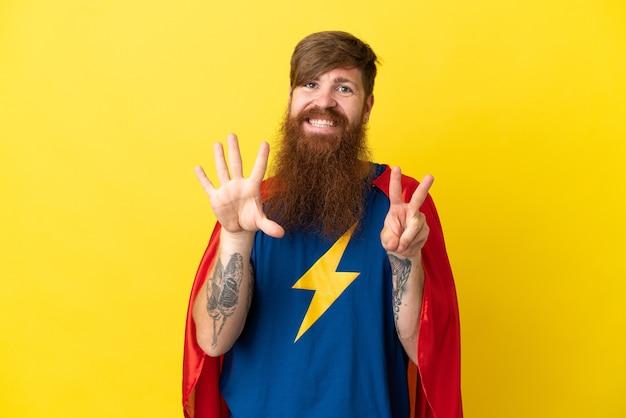 Rude super hero mężczyzna na białym tle na żółtym tle licząc siedem palcami