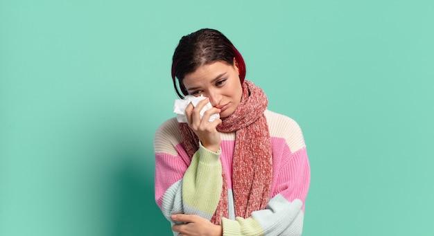 Rude włosy chłodno chora kobieta. koncepcja grypy lub kaszlu